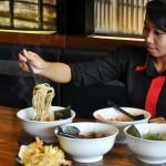 TUNJUKKAN RAMEN-Staf karyawan Hakone Ramen House and Japanese Fusion menunjukkan ramen yang merupakan mie khas Jepang