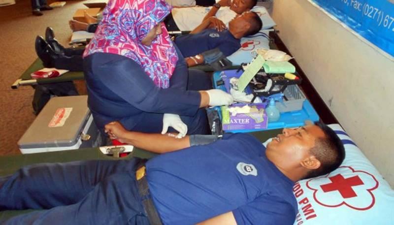 Sejumlah-karyawan-Hotel-Brothers-sedang-diambil-darahnya-oleh-petugas-dari-PMI-Sukoharjo-595x340